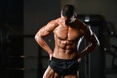 Здоровый человек с 6 пакетами Стоковое Изображение RF