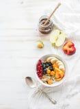 Здоровый шар завтрака granola овса с югуртом Стоковая Фотография
