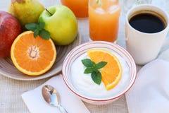 Здоровый югурт концепции завтрака, плодоовощи, свежий сок и кофе Стоковое Фото