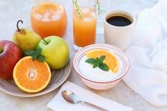 Здоровый югурт концепции завтрака, плодоовощи, свежий сок и кофе Стоковое Изображение RF