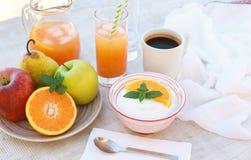 Здоровый югурт концепции завтрака, плодоовощи, свежий сок и кофе Стоковое Изображение