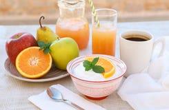 Здоровый югурт концепции завтрака, плодоовощи, свежий сок и кофе Стоковые Фото