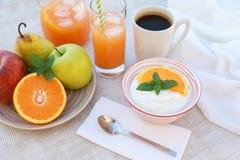 Здоровый югурт концепции завтрака, плодоовощи, свежий сок и кофе Стоковые Изображения RF