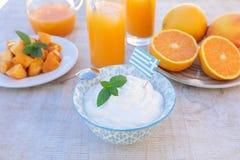 Здоровый югурт концепции завтрака, плодоовощи, свежий сок Стоковые Изображения RF