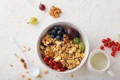Здоровый granola в белых ягодах шара и лета Стоковое Изображение
