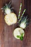 Здоровый smoothie ананаса на деревянной предпосылке Стоковая Фотография RF