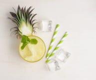 Здоровый smoothie ананаса с кубами и соломами льда на ярком w Стоковое фото RF