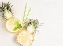 Здоровый smoothie ананаса с половиной ананаса и солом Стоковое Изображение