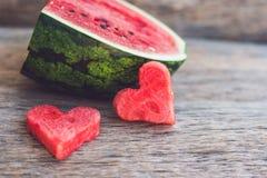 Здоровый smoothie арбуза с мятой, частью арбуза, сердцами и striped соломой на деревянной предпосылке Стоковая Фотография