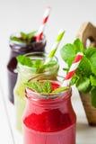 Здоровый smoothie от плодоовощей и ягод лета в опарникы стоковое фото