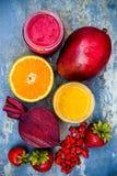 Здоровый smoothie плодоовощ завтрака с superfoods Smoothie ягоды goji манго с семенами chia Стоковая Фотография RF
