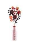 Здоровый smoothie ягод в стеклянной бутылке изолированной на белизне Стоковая Фотография