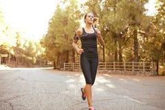 Здоровый sporty молодой jogger женщины брюнет Стоковые Изображения
