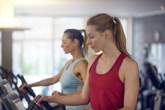 2 здоровых женщины разрабатывая в спортзале Стоковые Изображения RF