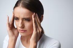 здоровье Красивая женщина имея сильную головную боль, чувствуя боль стоковые изображения