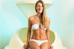 Здоровье - молодая женщина плавая в спу в баке Стоковые Изображения RF