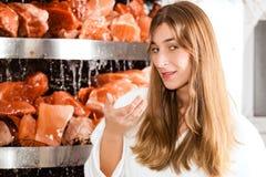 Молодая женщина в подземелье соли спы Стоковая Фотография RF