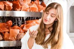 Молодая женщина в подземелье соли спы Стоковое Фото