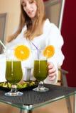 Здоровье - Хлорофилл-встряхивание на таблице стоковое фото