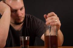 Злоупотребление алкоголем молодого человека Стоковая Фотография RF
