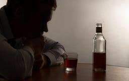 Злоупотребление алкоголем молодого человека Стоковые Изображения RF