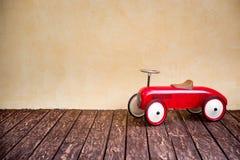 злоупотребляно как сбор винограда игрушки фотографа автомобиля мальчика Стоковая Фотография RF