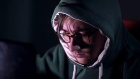 Злодеяние хакера просматривая ночной рубить пароля терроризма кибер кода сток-видео