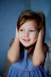 зло не слышит нет Младенец 3 года закрывает руки ушей стоковая фотография rf