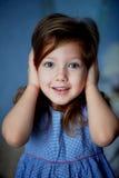 зло не слышит нет Младенец 3 года закрывает руки ушей стоковое изображение rf
