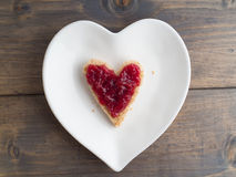 Здравица как форма сердца с красным вареньем клубники на форме pl сердца Стоковое фото RF