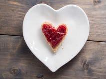 Здравица как форма сердца с красным вареньем клубники на форме pl сердца Стоковое Фото