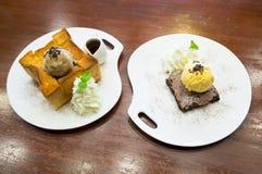 Здравица меда и пирожное шоколада с мороженым, сиропом клена Стоковые Фотографии RF
