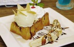Здравица меда с сервировкой creame ванильного мороженого с свежими wi банана стоковое фото