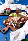 Здравица плодоовощ на деревянной доске на голубой деревенской предпосылке Еда здорового завтрака чистая вокруг номеров измерения  Стоковые Фотографии RF