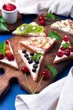 Здравица плодоовощ на деревянной доске на голубой деревенской предпосылке Еда здорового завтрака чистая вокруг номеров измерения  Стоковая Фотография RF