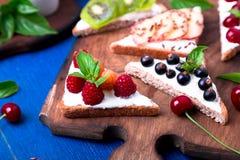 Здравица плодоовощ на деревянной доске на голубой деревенской предпосылке Еда здорового завтрака чистая вокруг номеров измерения  Стоковые Изображения