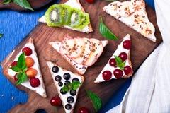 Здравица плодоовощ на деревянной доске на голубой деревенской предпосылке Еда здорового завтрака чистая вокруг номеров измерения  Стоковое Фото