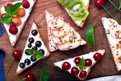 Здравица плодоовощ на деревянной доске на голубой деревенской предпосылке Еда здорового завтрака чистая вокруг номеров измерения  Стоковые Фото