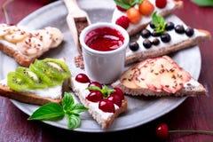 Здравица плодоовощ на красной предпосылке Еда здорового завтрака чистая вокруг номеров измерения дисплея принципиальной схемы смы Стоковая Фотография RF