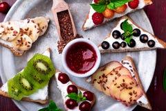 Здравица плодоовощ на красной предпосылке Еда здорового завтрака чистая вокруг номеров измерения дисплея принципиальной схемы смы Стоковые Фото