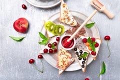 Здравица плодоовощ на серой предпосылке Еда здорового завтрака чистая вокруг номеров измерения дисплея принципиальной схемы смычк Стоковые Фотографии RF