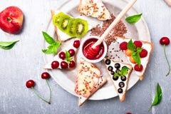 Здравица плодоовощ на серой предпосылке Еда здорового завтрака чистая вокруг номеров измерения дисплея принципиальной схемы смычк Стоковое Изображение RF