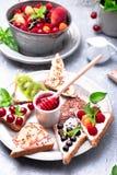 Здравица плодоовощ на серой предпосылке Еда здорового завтрака чистая вокруг номеров измерения дисплея принципиальной схемы смычк Стоковые Изображения