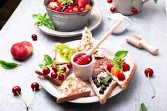Здравица плодоовощ на серой предпосылке Еда здорового завтрака чистая вокруг номеров измерения дисплея принципиальной схемы смычк Стоковое фото RF