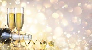 Здравица с бутылкой и Шампанью Стоковое Фото