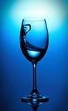 Здравица с голубым вином Выплеск Стоковое Изображение
