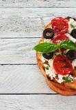 Здравица с зажженными томатами и мягким сыром стоковые фото