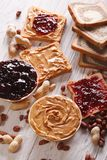Здравица с концом-вверх арахисового масла и студня вертикально стоковые изображения