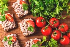 Здравица с кошерным затиром Forshmak, петрушкой и томатами вишни Стоковое Изображение RF