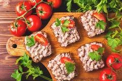 Здравица с кошерным затиром Forshmak, петрушкой и томатами вишни Стоковая Фотография RF